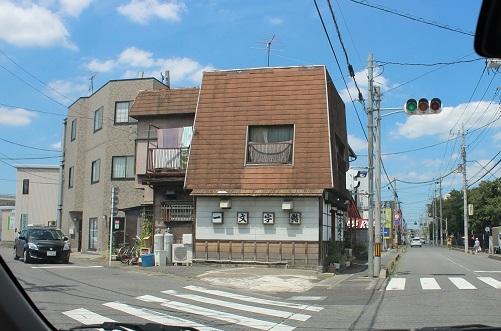 リサイクル屋さんと寿司屋さんの間の道